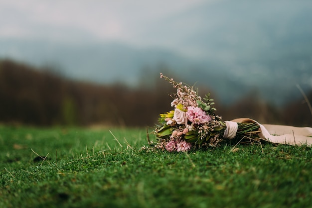 Красивый стильный свадебный букет с розовыми фиолетовыми цветами