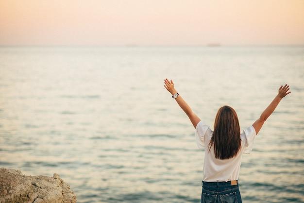 女性と海を見て幸せな海