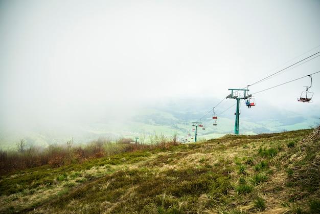 リフト付き山の霧の日