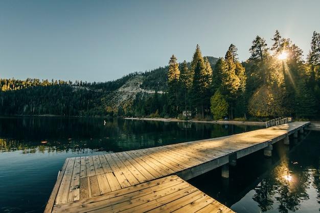 Солнечный день на озере тахо в калифорнии
