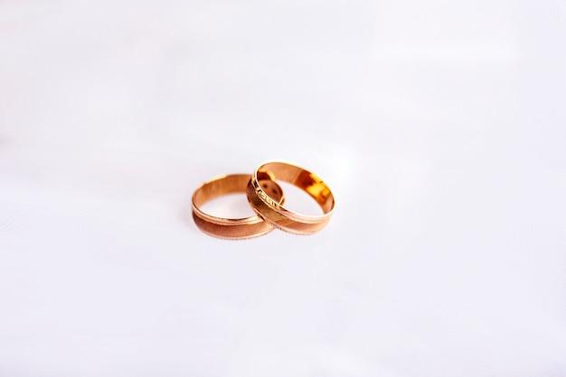 Желтые золотые кольца на белом