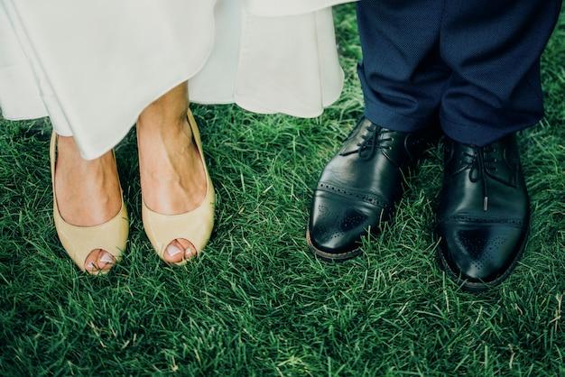 Мужчина и женщина ноги на траве