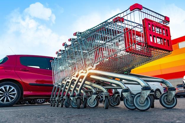 消費者食料品のショッピングカートスーパーマーケットの駐車場