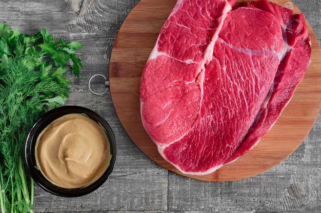 Кусок сырого мяса - сырой сочный стейк