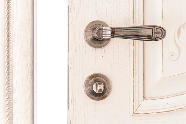 Макро открывающаяся белая дверная ручка и замок