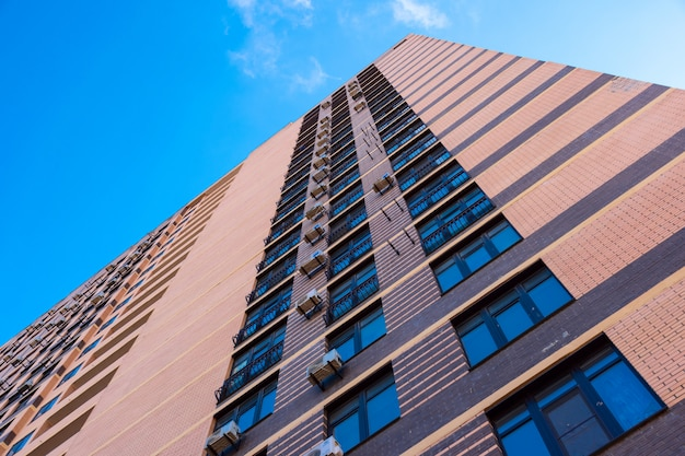 青い空を背景に近代的な建物