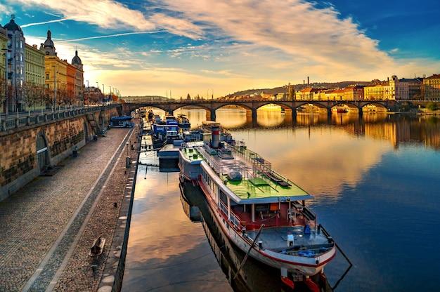 プラハの海岸線。ヴルタヴァ。プラハの通りの建築。チェコ共和国の景色と景色、パラッキーの橋。