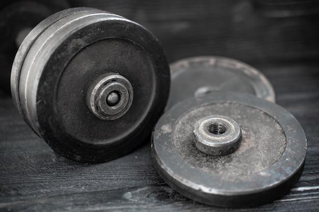 Изображение крупного плана штанги гантели оборудования фитнеса. спорт, тренировки.