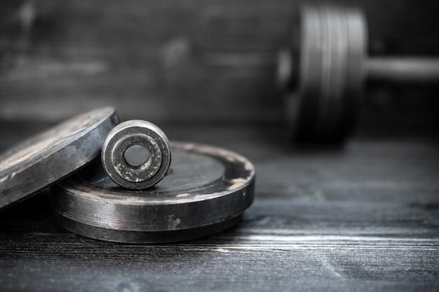 フィットネス機器のダンベルバーベルのクローズアップ画像。スポーツ、トレーニング。