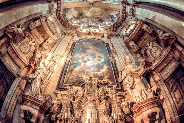セントニコラス教会のバロック様式のインテリア