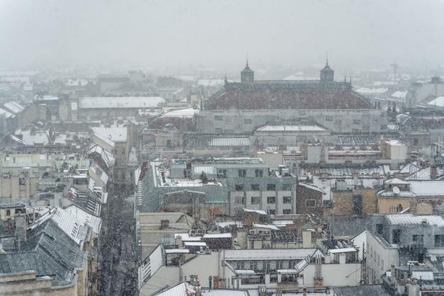 ハンガリー国立歌劇場の屋根のあるブダペストの景色