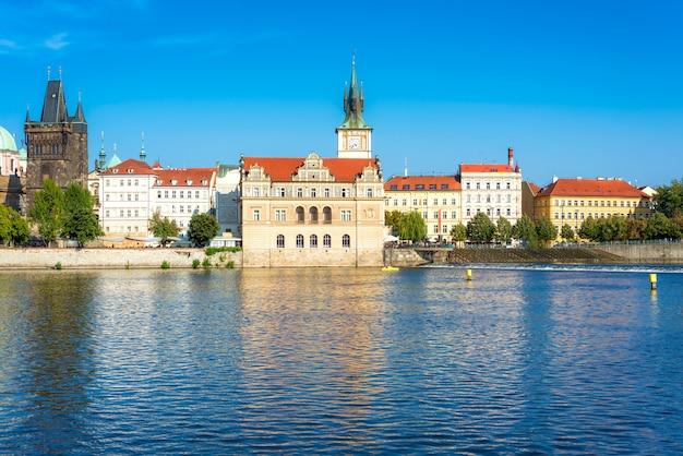 ヴルタヴァ川の右岸にあるベドリッチスメアタナ博物館。チェコ共和国プラハ旧市街