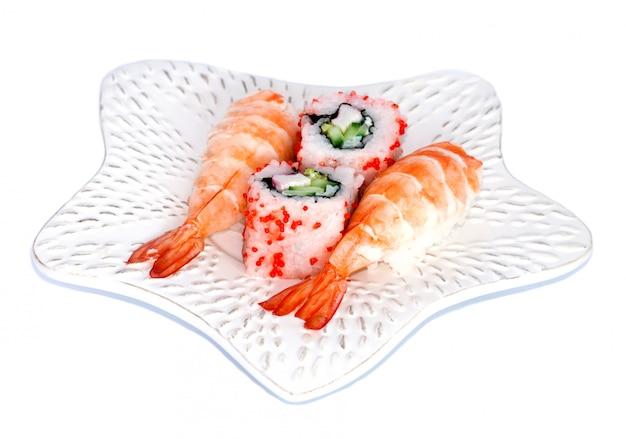 皿に寿司とカリフォルニアマキ