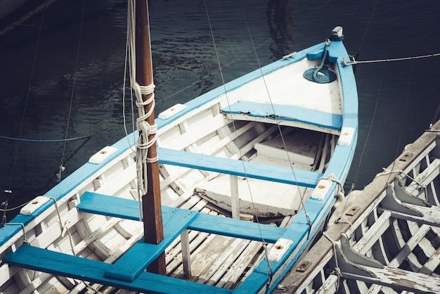 上からの古い漁船