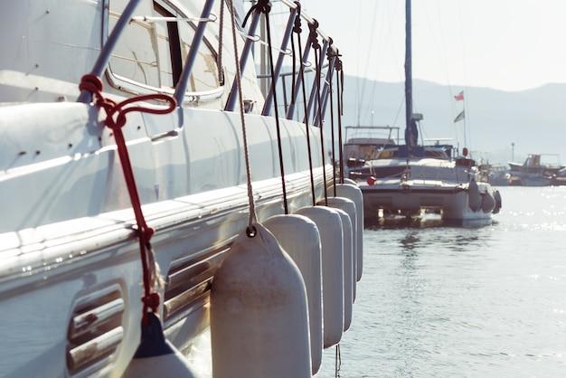 Вид сбоку на яхту