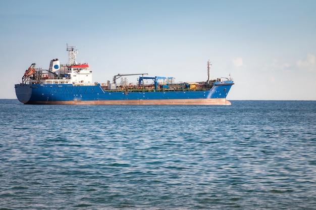 不明な産業船。地中海