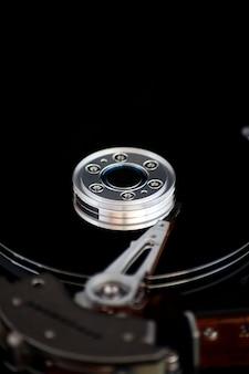 黒い背景にハードディスクを開く