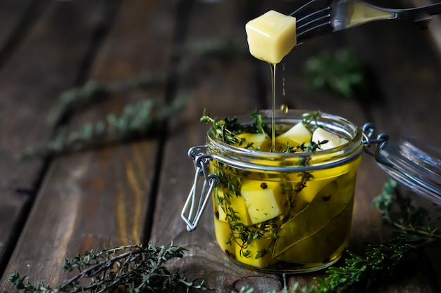Сыр на оливковом масле с ароматными травами (тимьян и розмарин).