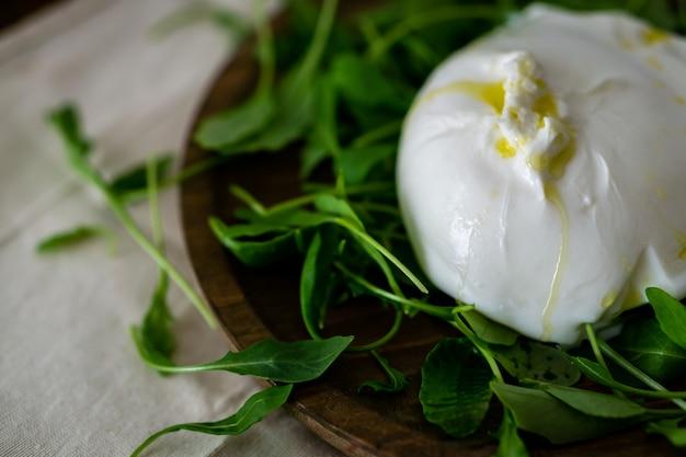 Буррата с рукколой и оливковым маслом