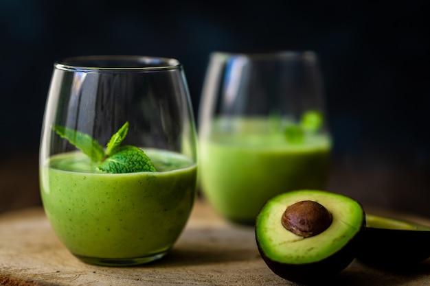 Зеленый молочный коктейль из авокадо. вкусный и полезный смузи
