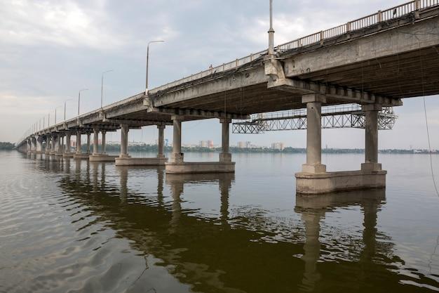 Фрагмент центрального моста в городе днепр