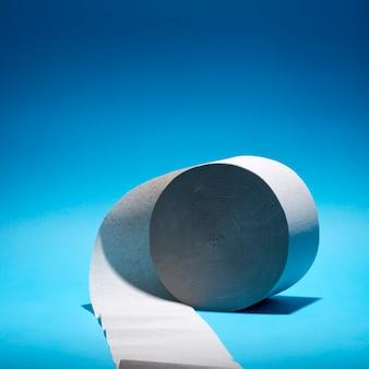 Рулон туалетной бумаги на цветной