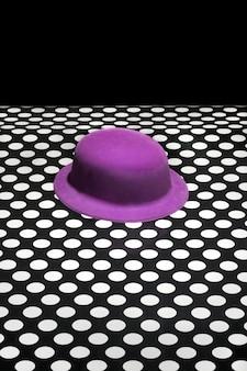 紫の帽子のある抽象的な静物。