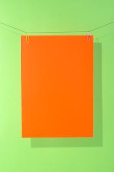 Лист оранжевой бумаги