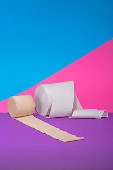 Два рулона туалетной бумаги на цветной