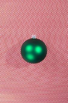 抽象的な壁に緑のクリスマスツリーのボール。