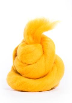 白い背景に黄色のハンクメリノウール