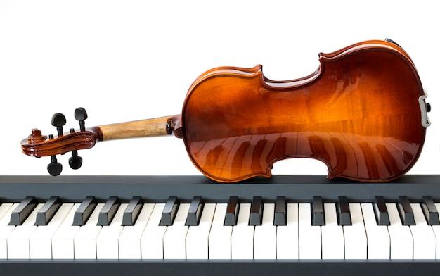 Скрипка на клавишах цифрового пианино