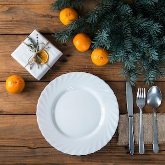 休日の装飾が施されたクリスマステーブルの場所の設定