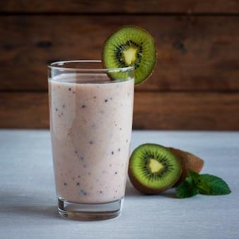 Зеленый коктейль с киви, бананом и клубникой, здоровое питание, суперпродукт