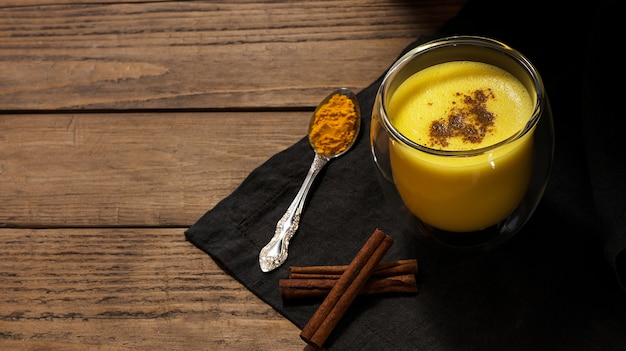 牛乳、ウコン、シナモン、コショウ、クローブと健康ドリンク。インドの伝統的な飲み物