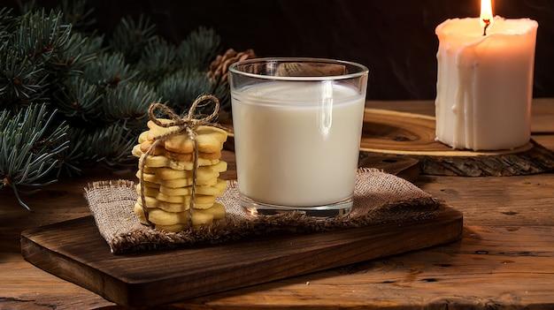クリスマスクッキーと木の上のサンタクロースのミルク