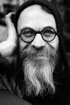 Сумасшедший ученый крупным планом портрет в черно-белом, бородатый счастливый старик