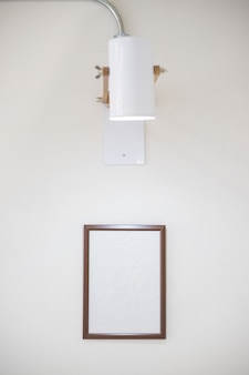 Деревянная рамка на белой стене