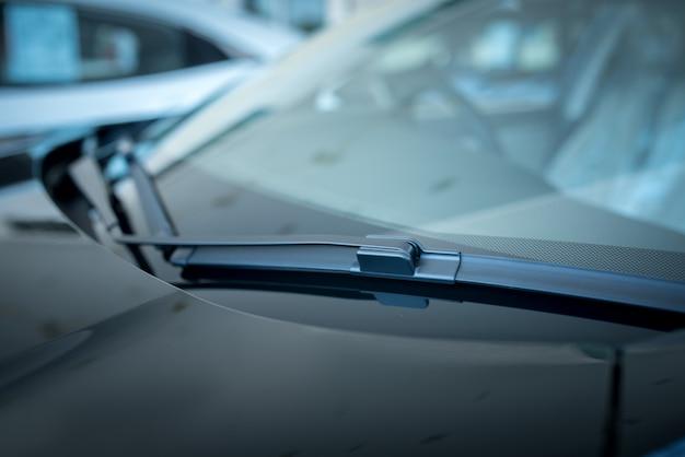 ワイパーまたはウィンドシールドワイパーのクローズアップは、ウィンドスクリーンまたはウィンドシールドから雨、雪、氷、および破片を除去するために使用されるデバイスです。 、ショールームに駐車した新しい車
