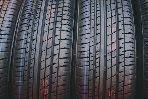 車のタイヤ、背景のタイヤのクローズアップ写真