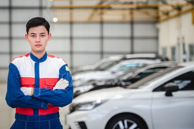 アジアのモーターサイクリストは、修理工場や自動車修理センターでレーシングスーツを着ています。