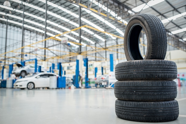 車のメンテナンスとサービスセンター。車両タイヤの修理および交換用機器。季節ごとのタイヤ交換