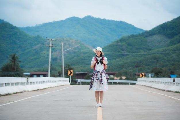 Красивый азиатский женский турист в дороге
