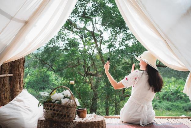 野生の彼女の部屋で美しいアジアの女性観光客