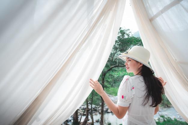 タイの森を訪れる美しいアジアの観光客