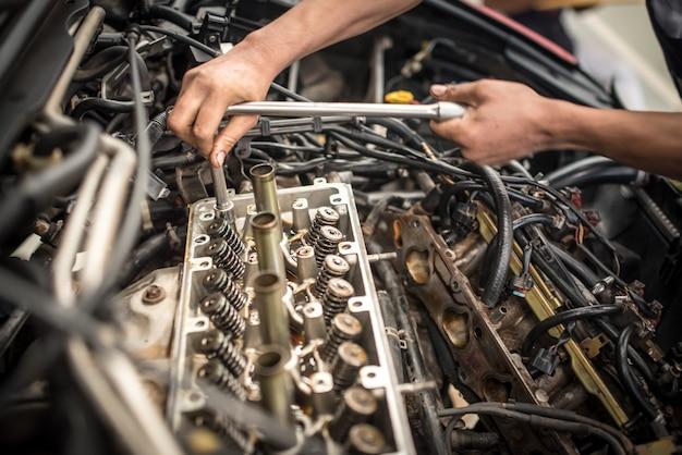 Обслуживание клапанов двигателя автомобиля. депозит на поршне, большой пробег, долгий срок службы