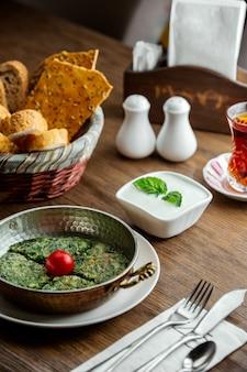 テーブルの上の紅茶と伝統的なクク