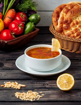 テーブルの上の野菜スープ