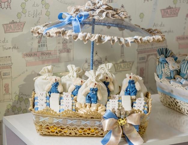 テーブルの上に青白いお菓子セット
