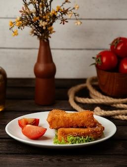 Жареные куриные наггетсы в кляре на деревянном столе